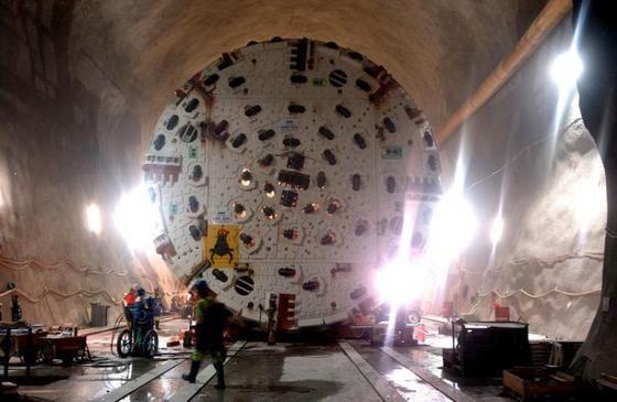 April 2003: Die neue grosse Tunnelbohrmaschine kurz vor ihrem Einsatz
