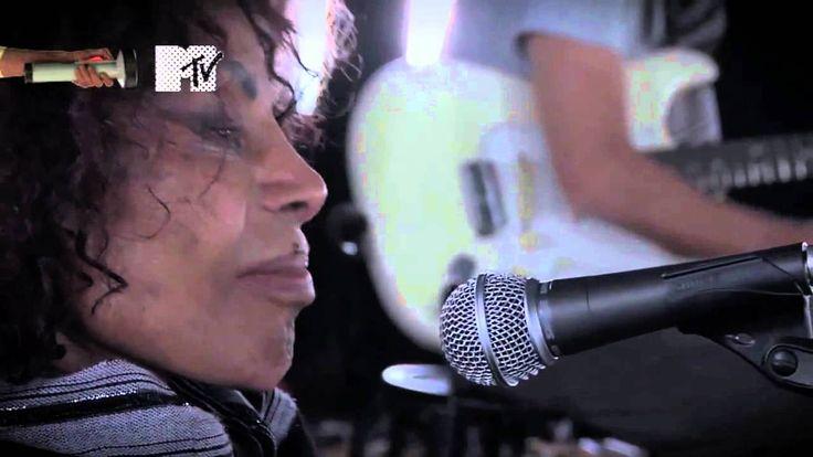 """""""Meu Guri""""   Pura emoção, viva Elza, viva Chico Buarque!  ELZA SOARES: UM MITO, UMA MULHER BRASILEIRA O novo álbum de Elza é fogo, é melancolia, é sofrimento e é liberdade, como há de ser o samba, como é Elza Soares, e como é a mulher brasileira. Empodera, toca na ferida, é aquele tapa na cara que dói, mas nos faz acordar. Trata de racismo, de misoginia, de transfobia. A voz de Elza está rouca, rasgada, e sempre prestes a falhar, e exatamente por isso, mais bela do que nunca. É uma cicatriz…"""