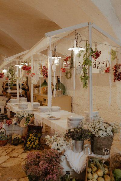 Amsicora - Allestimento buffet bancarelle per matrimonio rustic-chic in Puglia - stretto market wedding style, apulian wedding, vegan wedding, decor with fruit, vegetables and flowers