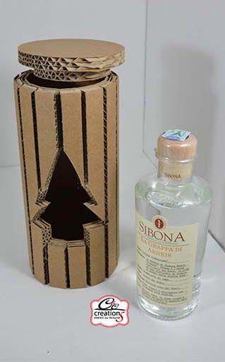 Scatola cilindrica con coperchio e alverbo di natale sagomato. Confezione regalo per bottigli di liquore. Idea regalo handmade. Ecologica realizzata da Cartone Magico.