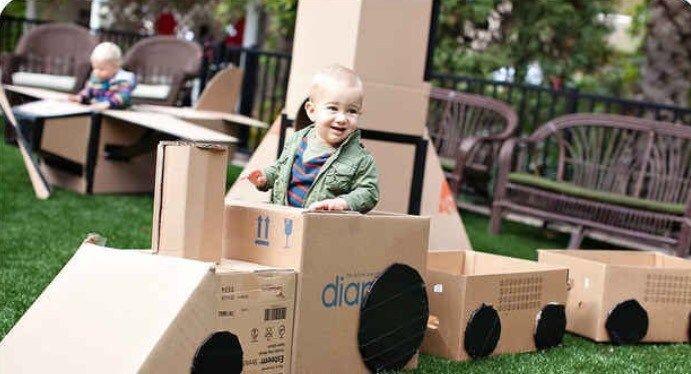Tem umas caixas de papelão em casa e quer dar uma cara nova a elas e, de quebra, entreter a criançada com todo o projeto / novo brinquedo? Vamos às inspirações?