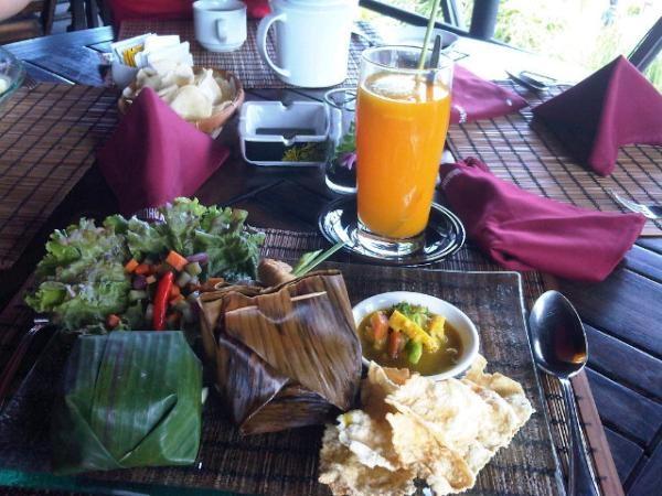 Late lunch @ omah duwur, kotagede. Juaranya: Java punch (tp hangat), jeruk panas+jahe+kunyit. (via @nina249)