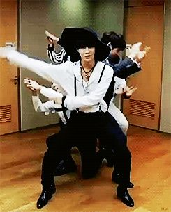 Lol !!!! Key pushing everybody out of the way and Taemin's hat flies off his head. #Shinee