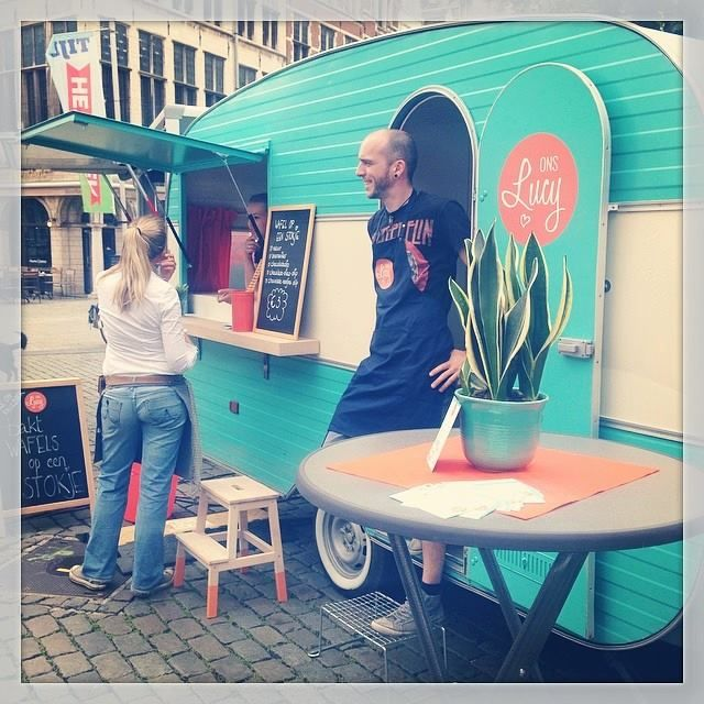 Vintage caravan becomes a charming food truck :)