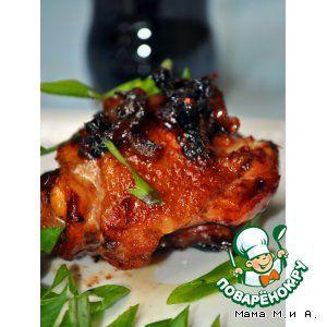 """Курица в кока-коле с карамелизованным луком по-шанхайски"""": Курица (бедро) — 7 шт Перец чили (по желанию) — 3 шт Кола (банка) — 0,33 мл Анис (звездочки) — 2 шт Чеснок — 2 зуб. Имбирь (тертый - 1 см) Соль Перец черный Соевый соус (по желанию, очень рекомендую) Уксус (винный, у меня малиновый) — 1 ст. л. Перец душистый (горошек) — 1 ч. л. Лук-порей (без зелени или обычный — лучше очень много, он карамелизуется и получается даже вкуснее мяса)"""