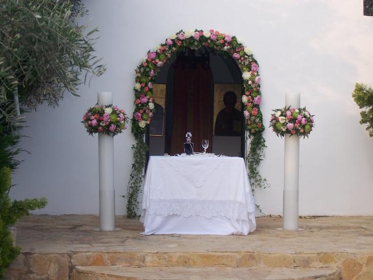 διακοσμήσεις γαμήλια στην εκκλησία με λευκό & ροζ παιώνιες, τριαντάφυλλα N'joy, Toscanini, Sweet Avalanche, χρυσάνθεμα κεφάλι πράσινο, αλστρομέρια ροζ, και διάφορες πρασινάδες.
