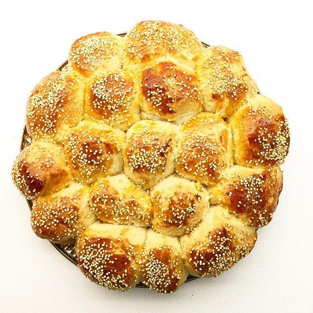 Se acerca el año nuevo judío y nada más lindo que preprar jalá #challah para la familia ❤ #roshhashana 🍎 🍯 ✨1 kg de harina ✨ 1 vaso de azucar ✨ 2 sobres de levadura ✨ 1 vaso de aceite ✨ 1 vaso de agua tibia ✨ 2 huevos • Mezclar la harina con el azúcar, la levadura. Colocar en el centro los líquidos. Mezclar hasta lograr una masa. Dejar leudar y hacer la forma que quieras!