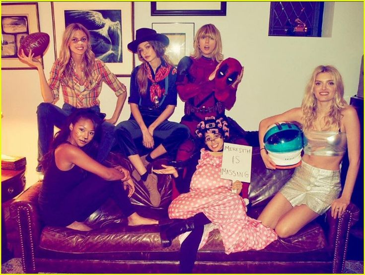 taylor swift hosts halloween party with her squad 01