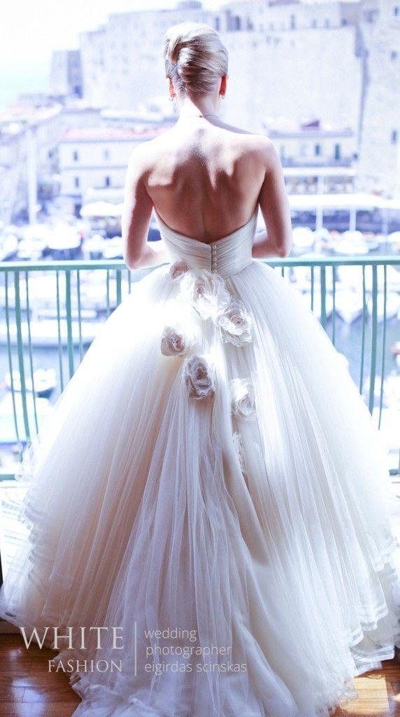 背中が空いていてもカジュアルになりすぎない!クリスチャン・ディオールのエレガントなAライン♡ ハイブランドのウェディングドレス・花嫁衣装の一覧。