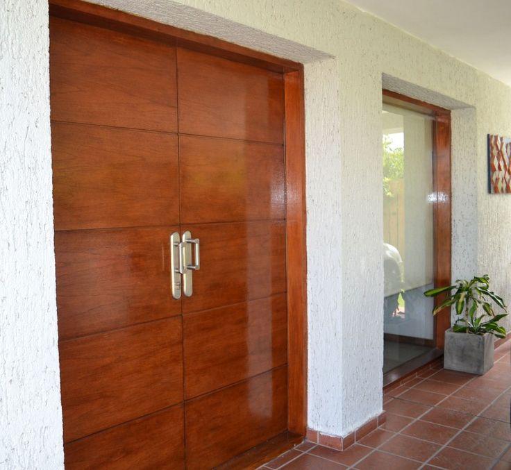 Puerta enchapada en madera con buñas horizontales