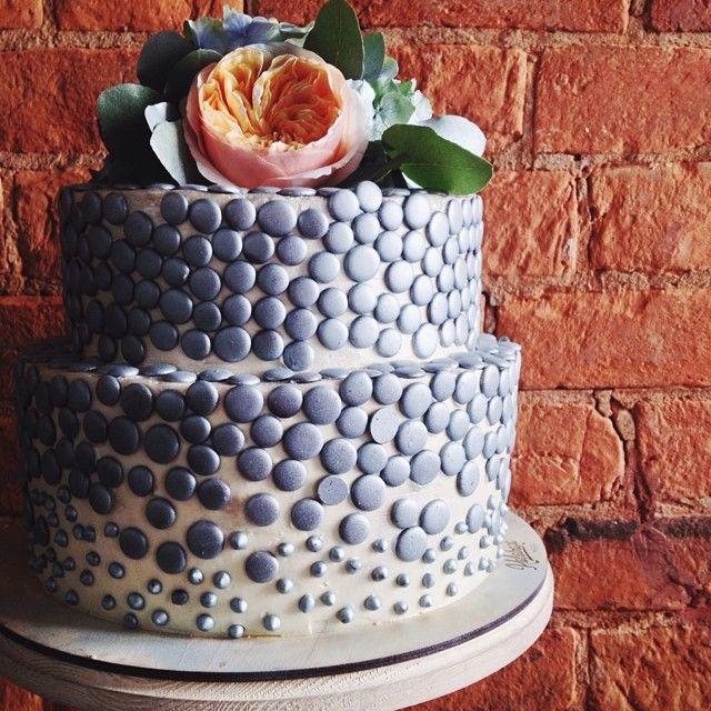 """Оо, а этот торт был совсем особенный! Такой, какой мы еще ни разу не делали. Для свадьбы """"с оттенком стали"""" весь торт оформили разновеликими шоколадными каплями, выкрашенными в плотно-серебряный цвет. А верхушку торта увенчали живые цветы, слегка припудренные серебром. Торт получился удивительным, правда?) // #kalabasa_cake #Padgram"""