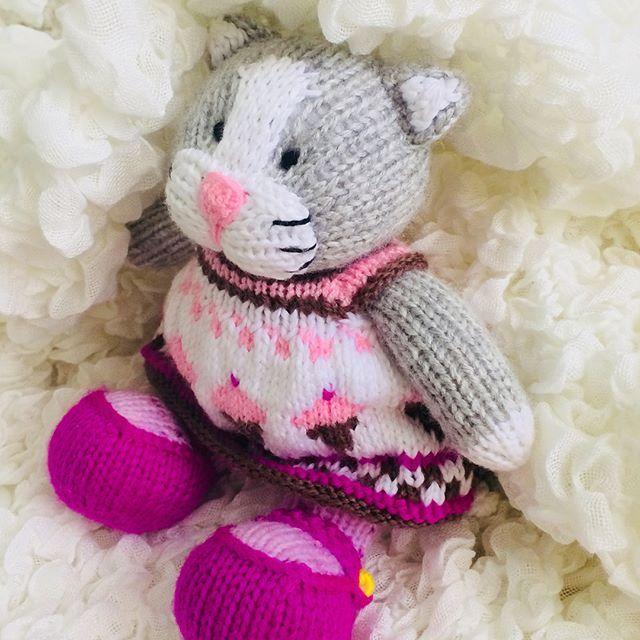 Hello, kitty  **************************************** #yarn #yarnlove #bunny #knittedbunny #knittinglove #knit #knitters #knitting #knittersofinstagram #knittersoftheworld #instaknit #lovetoknit #knitstagram #knittersofig #igknitters #dollclothes #knittedrabbits #knittedtoys #bunniesofinstagram #knitdolls #colorwork #handknit #handmade #handmadewithlove #rabbitsofinstagram #bunniesoftheworld #knitdoll#littlecottonrabbits#örgü#tığişi