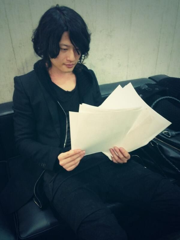 [Champagne]磯部寛之2014/1/9 ZIP-FM「FIND OUT」今夜も間も無く生放送! 真剣にメッセージを読むヒロさん。@こま