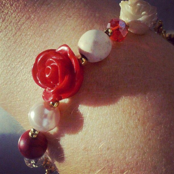 Pulsera -- perlas y rosas