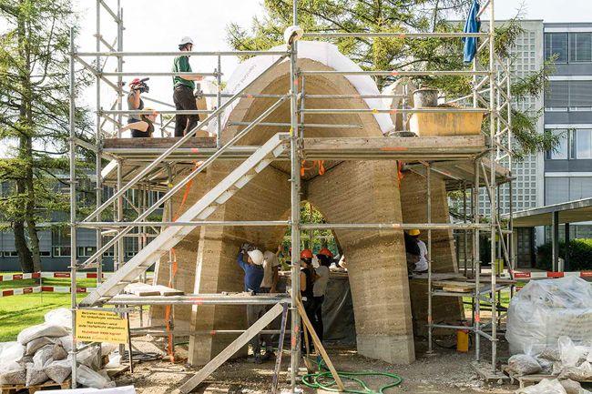 Ein Kuppelpavillon aus Stampflehm im Steinerschen Garten des ETH-Campus Hönggerberg