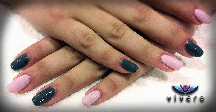 Επέκταση με χρήση φόρμας και τζελ, και ημιμόνιμο βερνίκι σε δύο αποχρώσεις, γκρι και ανοιχτό ροζ. #extension #nails #gel #semipermanent #grey #pink #manicure #vivere