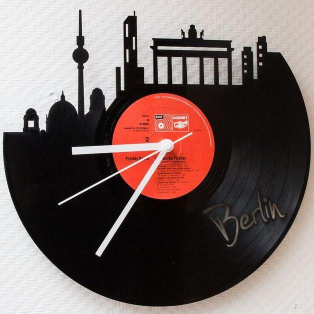 Bist du ein echter Berliner oder suchst ein Geschenk für einen lieben Menschen, der der deutschen Hauptstadt leidenschaftlich verfallen ist? Mit dieser Schallplattenuhr stichst du aus der Masse...