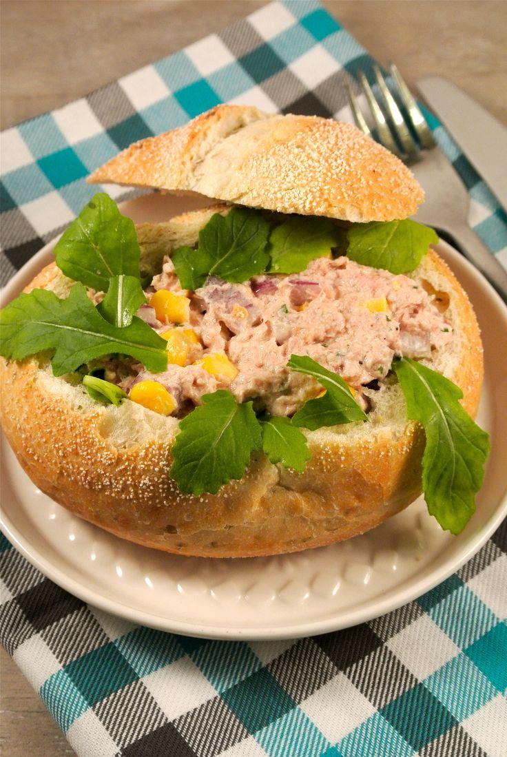 Broodjes of Turks brood gevuld met zelfgemaakte tonijnsalade