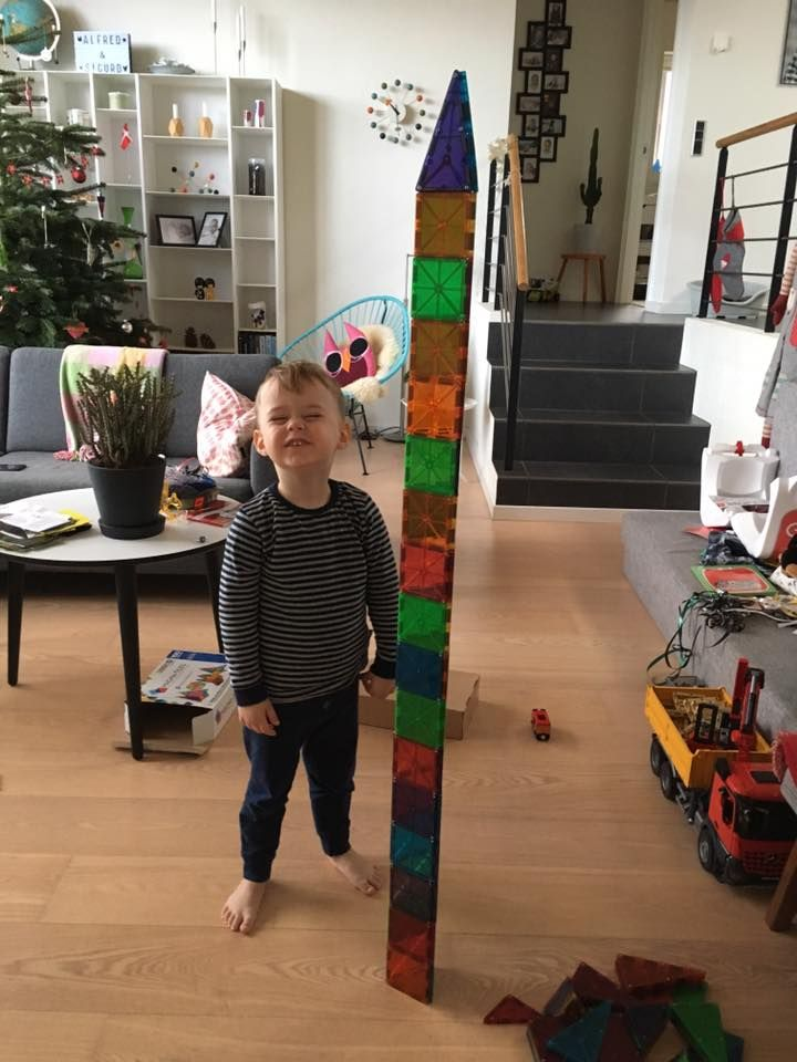 Sigurd har bygget et meget højt Magna-Tiles tårn og sendt billedet til Legebyen.dk - #Legebyen #Legebyendk #MagnaTiles #MagnaTilesTower