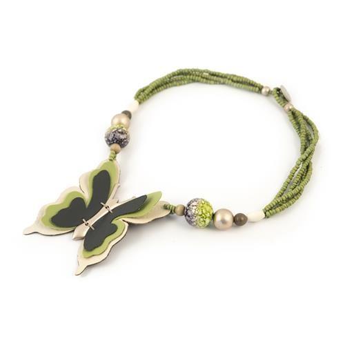 COLLANA GIOELA PENDENTE Collana decorata con perline in legno e semi di buri e pallotte stampate decoupage effetto spugnato, impreziosita da pendente farfalla in pelle. Chiusura con bottone.