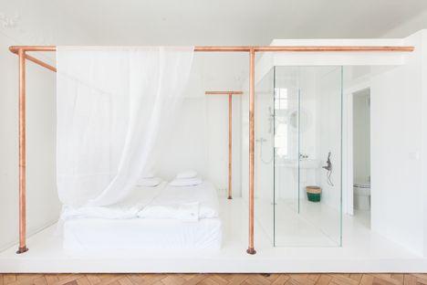 Un hôtel aux tubes de cuivre apparents dans la chambre, on adore! / A hotel with copper pipes in the bedroom, we love it #copper #cuivre #bedroom #design