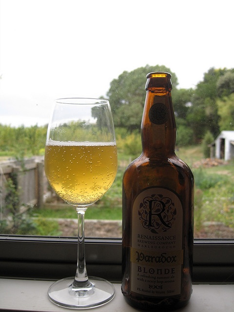 Renaissance - Paradox (Blonde/Golden Ale). Mmmmmmm om nom nom. Lovely wee drop with a bit of smoked fish and fresh salad for dinner.