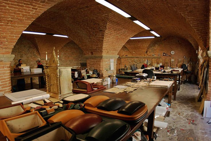 Join a personal shopper and take a tour of the famous Scuola del Cuoio, the School of Leather in Florence! We'll visit shops, workshops and boutiques dedicated to leather production!