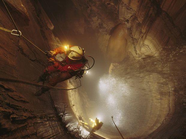 A cerca de 85 metros do chão, o explorador Kent Ballew se aproxima do topo da cachoeira de Mystery Falls, no Estado americano do Tennessee. (Foto: STEPHEN ALVAREZ / NATIONAL GEOGRAPHIC STOCK / CATERS NEWS)