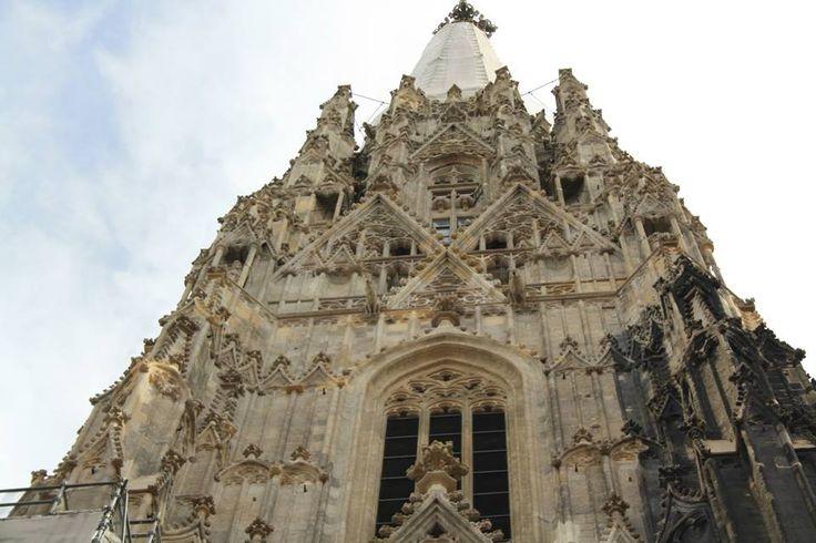 Catedrala Sf. Stefan - Stephansdom este unul din obiectivele emblematice ale orasului. Constructia sa începuse deja în secolul al XII-lea, dar catedrala a fost terminata abia în anul 1433. Ea este unul dintre monumentele gotice de prima importanta ale Austriei Cazare in Viena http://www.eurekareisen.ro/pachete-tematice/programe-weekend/weekend-viena-2013-autocar-as