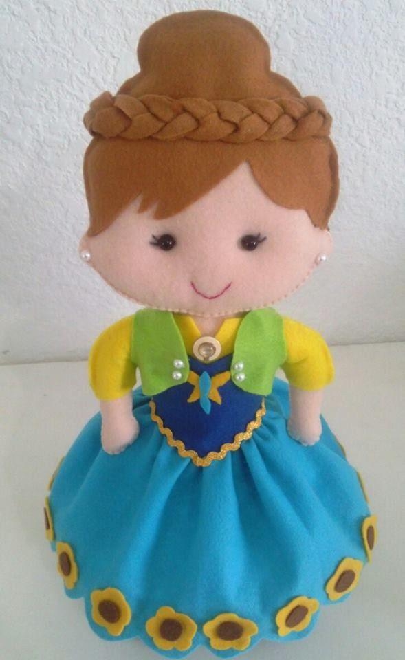Bonecas Frozen Fever para decoração de festa infantil com 40 cm de altura, ficam em pé na mesa sem auxílio de suporte extra.