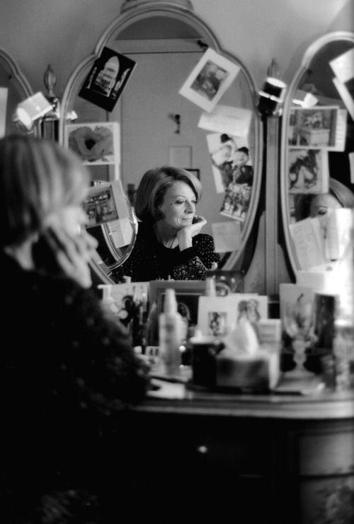 """happymathilda: С того момента я проснулся в тот день, я повторял это.  """"В 8 часов, мы фотографирования Мэгги Смит;  В 7 часов 45 минут, мы фотографирования Мэгги Смит;  В 7 с половиной часов, мы фотографирования Мэгги Смит """".  Пока мы окончательно не стоял перед театром ... свитер Книга"""