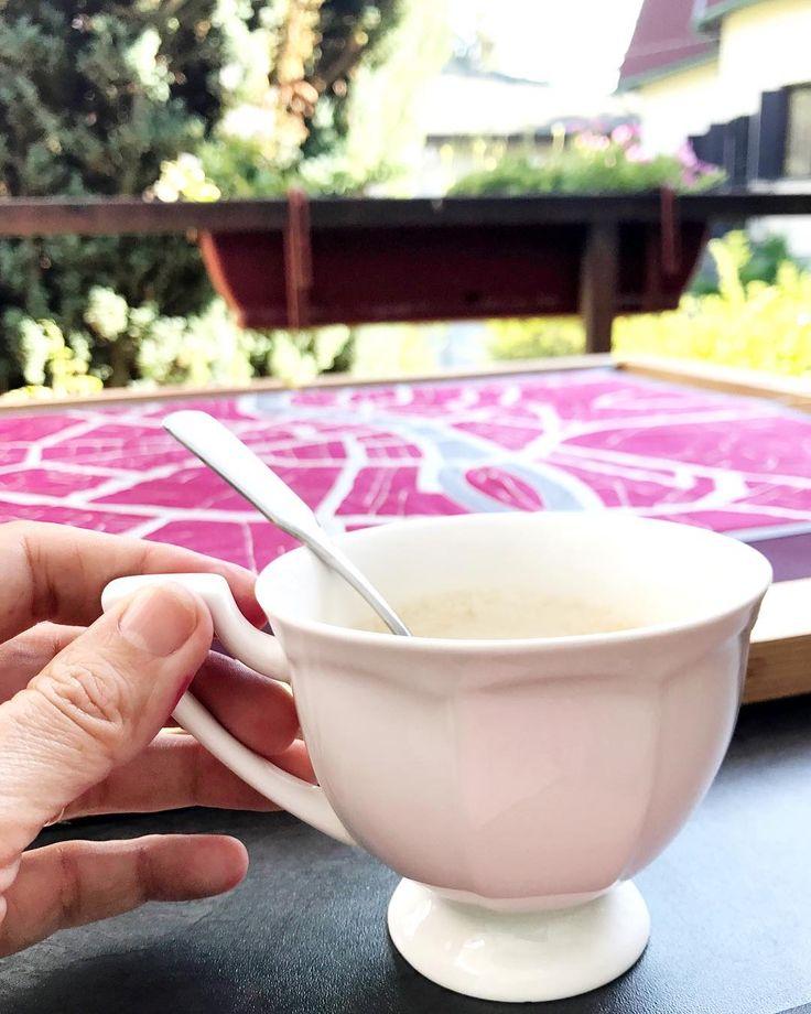 Painting on the balcony. What a feeling! #behindthescences #silkart #coffeetime #summerwork #outdoorjob #ikozosseg #magyardivat #designer #cupofcoffee