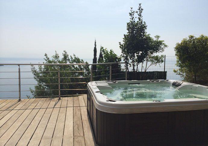 Acheter un spa jacuzzi à Nice http://www.spapiscines.com/acheter-spa-jacuzzi-a-nice Un spa jacuzzi est une grande baignoire, équipée de buses permettant d'envoyer dans le bassin un mélange d'air et d'eau. La force de l'air et de l'eau dans le spa jacuzzi provoque des remous et procure une sensation de massage et de bien-être sur le corps immergé.  SPA Piscines - Spa Jacuzzi - http://www.spapiscines.com/gammes-spa-jacuzzi-nice