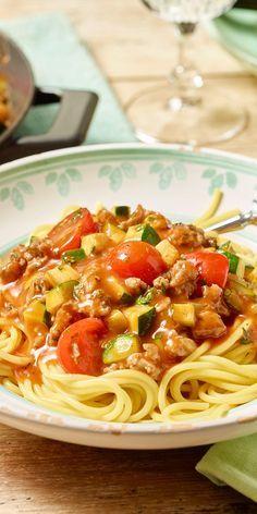 Die saftige Zucchini-Hackpfanne mit Tomaten ist ein wunderbares sommerliches Rezept! Dazu gibt's Spaghetti!
