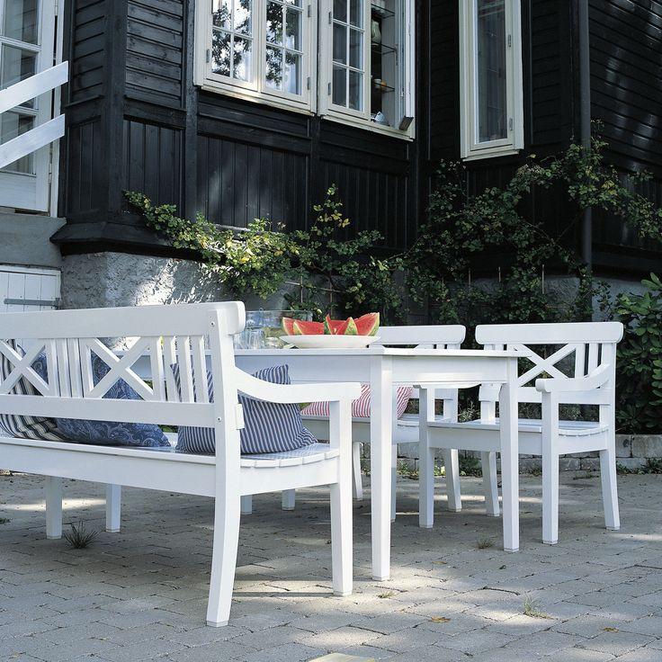 Der zeitlose Möbel-Klassiker mit dem unverwechselbaren Kreuz im Rücken ist ein Klassiker des skandinavischen Möbel-Designs. Die weiße Bank ist das ideal Möbelstück im Garten, im Flur oder auch auf einer Terrasse. Für Landhaus-Liebhaber kann die Bank auch am Esstisch genutzt werden.