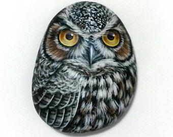 Gufo grande piccolo ciottolo dipinto! Pietra dipinta uccelli con colori acrilici e rifinito con protezione di vernice opaca. Arte del gufo di rockartattack