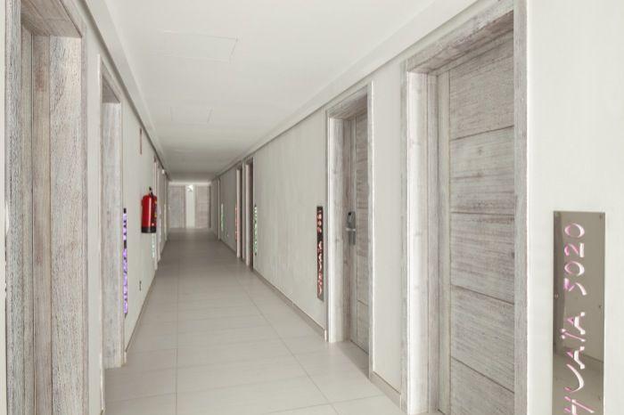 Pasillo del hotel de acceso a las habitaciones.