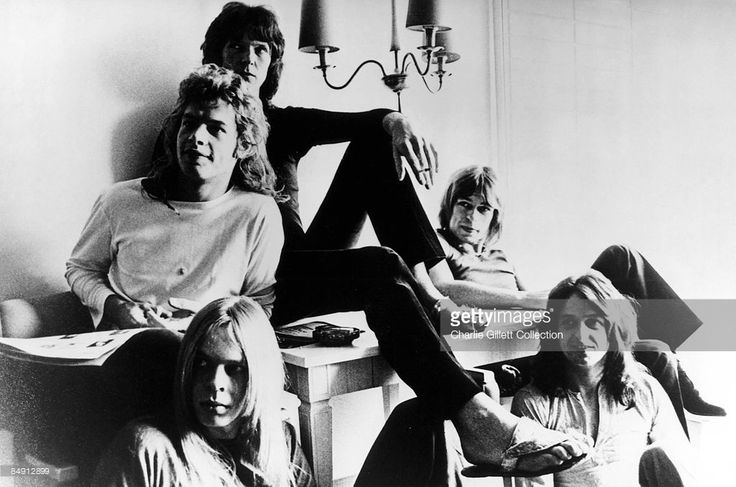 Photo of Jon ANDERSON and Steve HOWE and Chris SQUIRE and Bill BRUFORD and Rick WAKEMAN and YES; Clockwise from bottom left: Rick Wakeman, Bill Bruford, Chris Squire, Steve Howe, Jon Anderson - posed, group shot