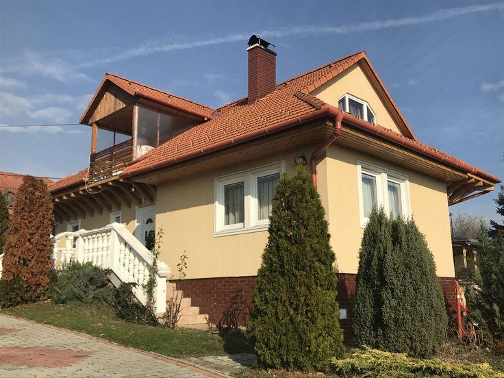 Alsóörsön eladó egy 240 m2-es háromszintes szép állapotú lakóház. - Vételár: 37 900 000 Ft.  - AOLH13: http://balatonhomes.com/AOLH13/lakohaz-alsoors-240nm-800 - BalatonHomes Ingatlanközvetítés: http://balatonhomes.com/ - Telefonos elérhetőség: +36 30 474 5901 A telefonban hivatkozzon erre az ingatlan kódra: AOLH13.