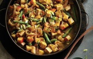 Assaisonnée de cari et de garam masala, une casserole végé au tofu bien relevée!
