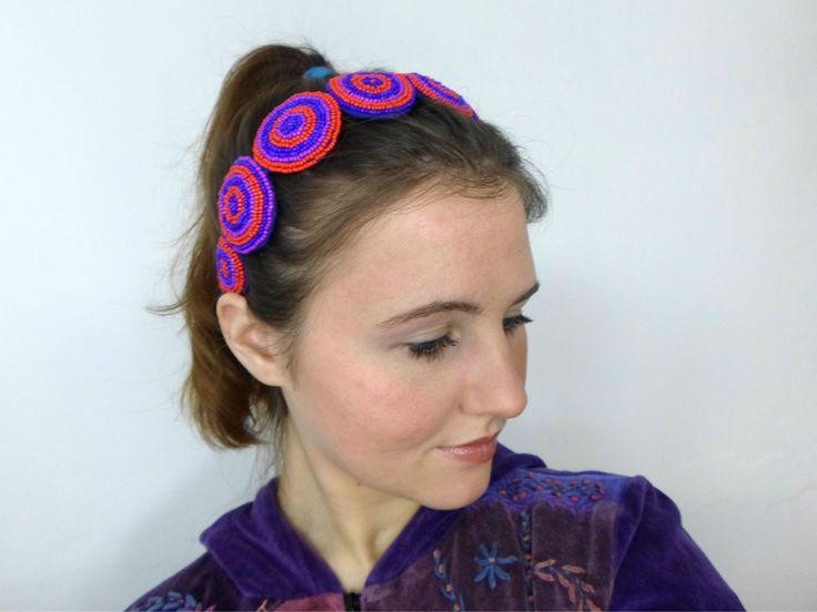 Hypnotica Čelenka Hypnotica je vyšita na osmi plstěných kotoučích červenými, modrými a fialovými korálky. Základ čelenky je kovový, na koncích je potažen modrou sametovou stuhou.