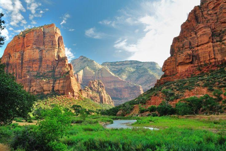 Het Zion National Park is een prachtig park in de Amerikaanse staat Utah. Het park bestaat uit indrukwekkende rotsformaties en is de perfecte locatie om onvergetelijke wandeltochten te maken, te paardrijden en te klimmen.