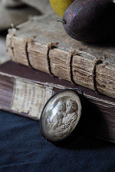 パドヴァのアントニオ 幼子を抱いて-antique medallion 没したイタリアの地を冠に付けて呼称される聖アントニオ、同地の守護聖人に数えられ、ヴェネチアの聖マルコ寺院の様に彼を讃えたサンタントニオ寺院が今でもパドヴァに。白い百合が聖アントニオの象徴。夭逝な人生の中、東奔西走した足跡が遠く北フランスに及んだのかもしれません。パリから北西に3時間、ノルマンディーの土地で見つけました。内部石膏モチーフに経年に因る細かい埃汚れが御座います。元々背面上部に付いていたフックが壊れ、どなたかが後より壁掛け用フックを付けた模様。