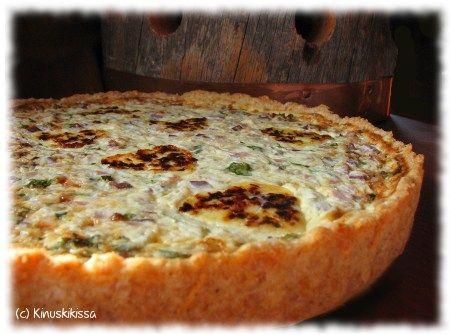 Poro-kinkkupiirakka Pohja: 2 ½ dl vehnäjauhoja 1 dl ruisjauhoja 1 dl emmental-juustoraastetta 150 g voita tai margariinia ½ dl vettä Täyte: 1 sipuli 1 ½ dl persiljaa 100 g kylmäsavuporoa 100 g palvikinkkua 3 munaa 120 g smetanaa 2 dl ruokakermaa 2 dl emmental-juustoraastetta mustapippuria 150 - 200 g leipäjuustoa Sekoita jauhot ja emmental-raaste keskenään. […]