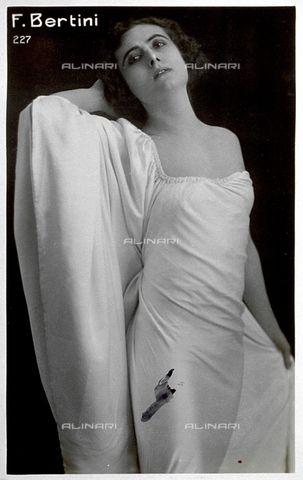 Three-quarter-length portrait of the actress Francesca Bertini in elegant evening dress 1921 ca. (c) Vettori, G-Fratelli Alinari Museum Collections, Florence