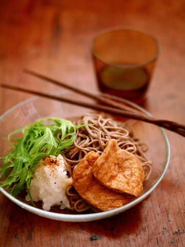 おろしきつね蕎麦(buckwheat noodles served with deep-fried bean curd and grated Japanese radish on top)