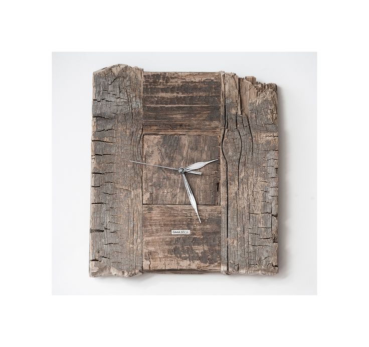 Model no 2 *). This clock is made of construction wood from the buildings of the Old Town of Gdansk. Black oak dating back to the 14th century. Size: 40 cm x 40 cm.