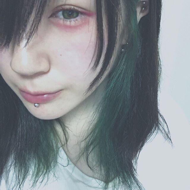 WEBSTA @ acoryonm - 深夜テンションで爬虫類みたいなメイクしようと思ったらただの病みメイクになった.#いや誰 #makeup #eyemakeup #eyesmakeup #colorlens #colorcontacts #病みメイク #メンヘラ #ではない #赤メイク #カラコン #グリーンカラコン #ヘアカラー #manicpanic #マニパニ #eyeball #インナーカラー #赤マスカラ #ドファサルメイク #bodypiercing #labret #ボディピアス #ラブレット #アイメイク