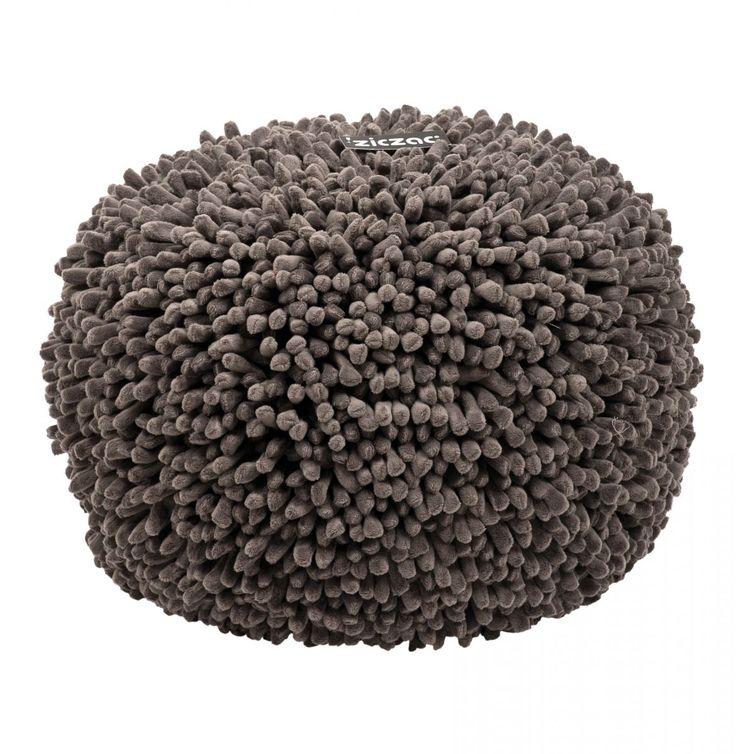 ZicZac Poef - Spiky Grijs       Heerlijk zachte poef van het mooie merk ZicZac, met stoere spikes!De poef is voorzien van een ritssluiting om de vulling bij te vullen. Uiteraard kun je de hoes ook wassen.  Hoe zou de poef staan tijdens de feestdagen bij jou in de huiskamer?  Productkenmerken van de poef:  Materiaal:100%microfiber Diameter: 50cm Hoogte: 35 cm Vulling: EPS parels