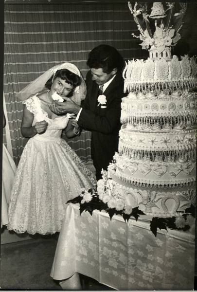 Singer Eddie Fisher and actress Debbie Reynolds Wedding Day in 1955. Beautiful wedding cake!